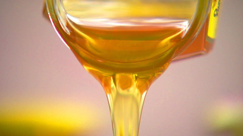 Honig fließt goldgelb, zäh aus einem Glas (Foto: SWR)