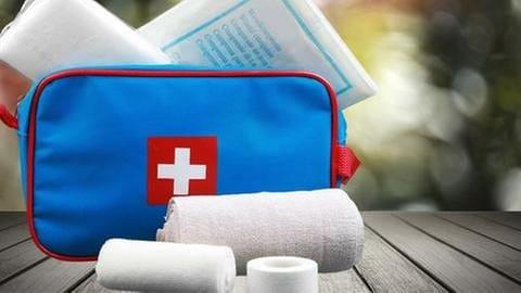 Reiseapotheke mit Verband, Pflaster und Mullbinden (Foto: Getty Images, Thinkstock -)