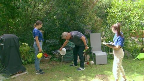 Gartenbesitzer leert Wassereimer aus (Foto: SWR)