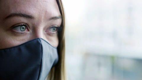 Frau mit Mundschutz (Foto: SWR)