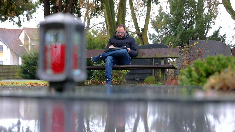 Mann sitz auf Friedhofs-Bank (Foto: SWR)
