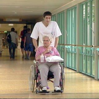 Kranken- und Alten-Pflege: Freiwilliger Helfer schiebt Rollstuhl (Foto: SWR)