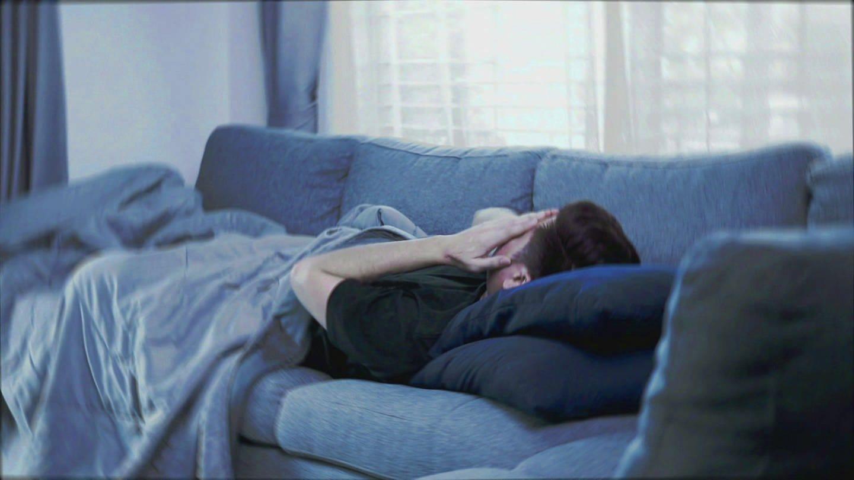 Mann liegt erschöpft auf einem Sofa (Foto: SWR)