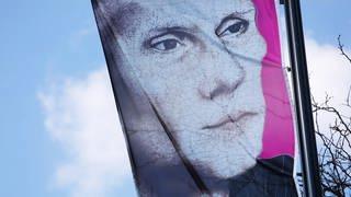 Luther-Portrait auf wehender Fahne (Foto: SWR)