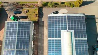 Solaranlagen auf zwei Nutzgebäuden aus der Drohnenperspektive gesehen (Foto: SWR)