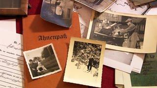 Ahnenforschung: Verschiedene Fotos, Dokumente, Aufzeichnungen zur Bestimmung der Herkunft (Foto: SWR)