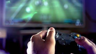 Computerspieler hält Controller in den Händen (Foto: SWR)
