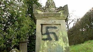 Jüdischer Grabstein mit Hakenkreuz (Foto: SWR)