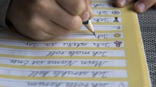 Junge macht Schreibübungen (Foto: Imago, imago/Jochen Tack)