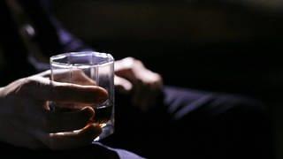 Mann hält Whiskyglas in der Hand (Foto: SWR)