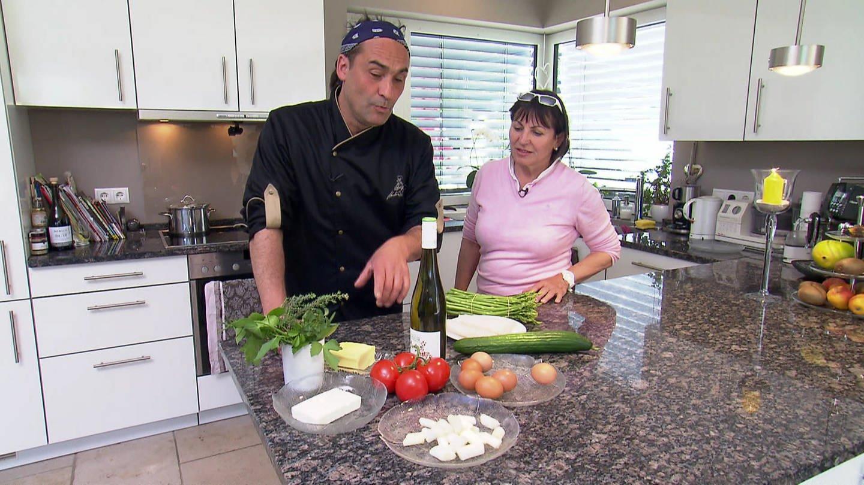 Markus Plein kocht mit Monika Reinig in ihrer Küche in Edenkoben. (Foto: SWR)