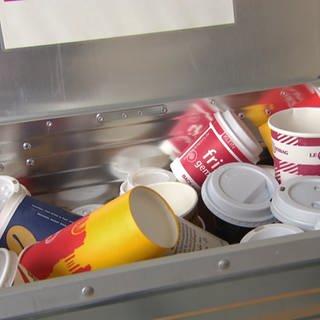 Müllbehälter voller Einwegbecher (Foto: SWR)