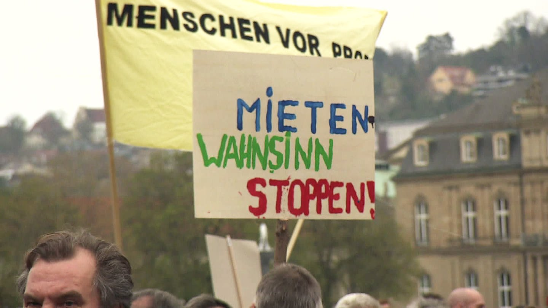 Schilder bei Protesten gegen Wohnungsmangel (Foto: SWR)