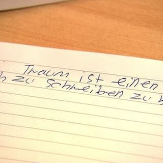 """Schreibblatt mit Text: """"Maei Traum ist einen Buch zu schreiben zu könen"""" (Foto: SWR, SWR -)"""