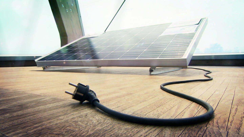 Solarpanel für den Balkon mit Stromkabel (Foto: SWR)