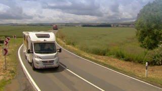 Wohnmobil kommt auf Landstraße entgegen (Foto: SWR)