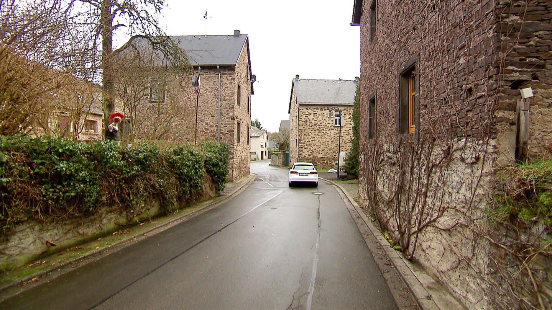 Der kleine Ort Mörz am Rande des Maifelds bezaubert durch seine fachmännisch restaurierten Bruchsteinhöfe. In dem Ort leben rund 200 Menschen.