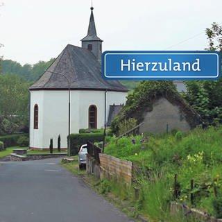 Hierzuland Schneppenbach Hauptstraße Schild neu (Foto: SWR)