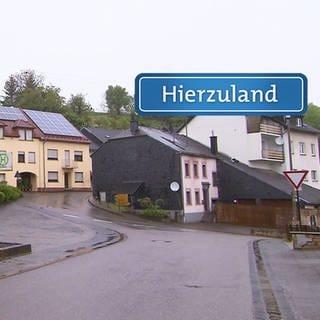 Onsdorf mit Hierzuland-Schild  (Foto: SWR)