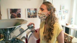 Maja Elvers beim Kaffeerösten (Foto: SWR)