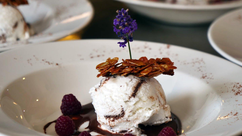 Stracciatellaeis auf Lavendelschokolade mit Sommerbeeren und Krokant (Foto: SWR)