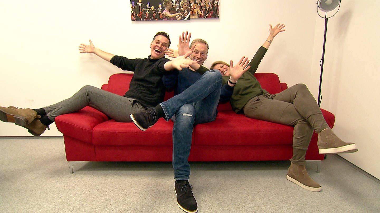 Holger Wienpahl, Martin Seidler und Patricia Küll: Die drei Landesschau ModeratorInnen auf einer Couch (Foto: SWR)