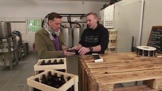 Holger Wienpahl trifft in Temmels auf Bierbrauer Alexander Baltes. (Foto: SWR)