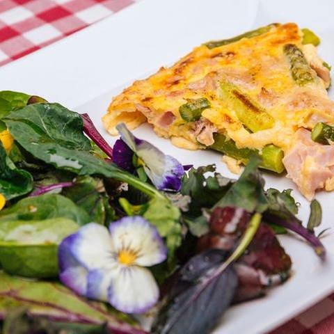 Parmesan-Omelett mit Spargel, Schinken und Wildkräutersalat mit Blüten dekoriert (Foto: SWR, SWR/Megaherz - Andreas Maluche)