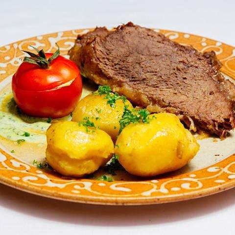 Gekochtes Ochsenfleisch (Tafelspitz), Tomate mit Kräuterremoulade gefüllt  und Kartoffeln (Foto: SWR, SWR/Megaherz - Andreas Mauche)
