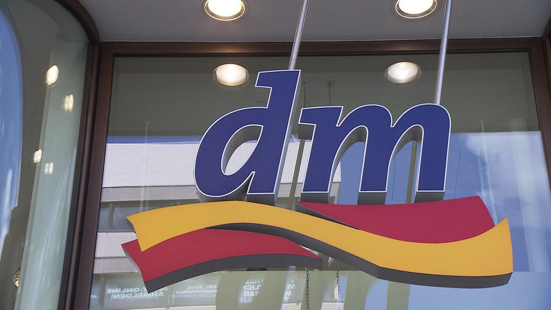 dm-Logo, Drogeriemarkt (Foto: SWR, SWR -)