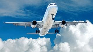 Ein Flugzeug startet und steigt dem Himmel empor. (Foto: Getty Images, Thinkstock -)