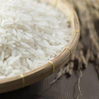 Weisser Reis in einer Schüssel (Foto: Getty Images, SWR, kwanchaichaiudom)