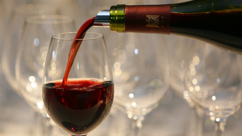 Rotwein wird in ein Weinglas gefüllt. (Foto: dpa Bildfunk, (c) dpa)