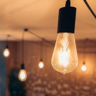 Ein mit mehreren  Filament-Lampen dekorierter Raum (Foto: Colourbox)