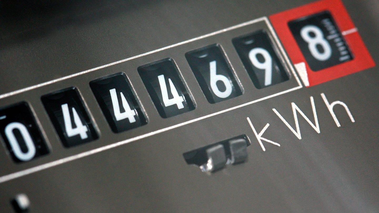 Auf einem Stromzähler in einem Privathaus werden die bisher verbrauchten Kilowattstunden angezeigt. (Foto: dpa Bildfunk, dpa-Zentralbild/Jens Büttner)