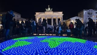 "Eine Weltkugel aus LED-Lichtern leuchtet anlässlich der weltweiten ""Earth Hour"". Damit will die Organisation World Wide Fund For Nature ein Zeichen für Klimaschutz setzen. (Foto: dpa Bildfunk, picture alliance/picture alliance / Paul Zinken/dpa)"