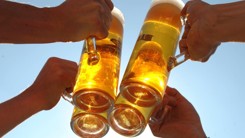 Vier Personen stoßen mit vier Gläsern Bier an, aufgenommen am 21.04.2009 in Leipzig (Sachsen). (Foto: dpa Bildfunk, Picture Alliance)