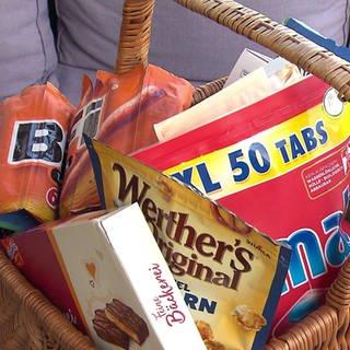 Einkaufskorb mit verpackten Produkten: Wieviel Luft steckt drin? (Foto: SWR)