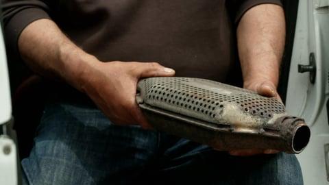 Mann hält Katalysator, der wegen der enthaltenen Metalle gern geklaut wird (Foto: SWR)