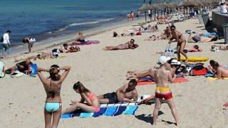 Touristen genießen die Sonne am Strand Playa de Palma am 03.05.2016 in Arenal (Spanien) bei Palma de Mallorca. (Foto: dpa Bildfunk, Jens Kalaene/dpa-Zentralbild/dpa)