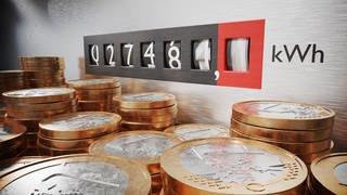 Eine Montage von einer Stromzähleranzeige mit laufender kWh Zahl und davor gestapelten Euromünzen. (Foto: Getty Images, Getty Images/iStockphoto)