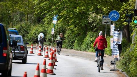 Neu in der Corona-Krise: Radfahrer nutzen eine vorübergehend abgesperrte Straßenspur als Radweg. (Foto: dpa Bildfunk, Christian Charisius/dpa +++ dpa-Bildfunk)