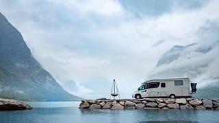 Campingmobil an einen Fjord in Norwegen (Foto: Colourbox)