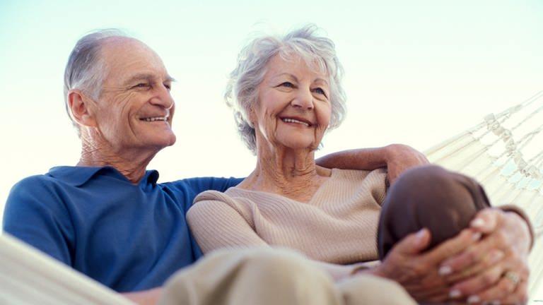 Rentnerpärchen entspannt in einer Hängematte. (Foto: Getty Images, Thinkstock - Pixland)
