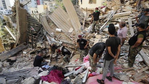 Libanesische Soldaten suchen in Beirut nach Überlebenden - die massive Explosion im Hafen könnte durch eine große Menge Ammoniumnitrat ausgelöst worden sein. (Foto: dpa Bildfunk, Hassan Ammar/AP/dpa)