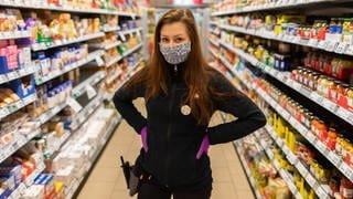Frau mit Maske im Supermarkt (Foto: picture-alliance / Reportdienste, Picture Alliance)