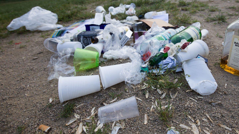 Kampf gegen Plastikmüll, Einweg-Geschirr und Zigarettenkippen in öffentlichen Anlagen und Straßen. (Foto: dpa Bildfunk, picture alliance/Frank Rumpenhorst/dpa)