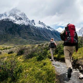 Zwei Wanderer in den Bergen: Welche Wandersurüstung ist preiswert, nützlich und gut? (Foto: unsplash images / Toomas Tartes)