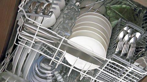Eine Spülmaschine voller Geschirr und Besteck: Wie keimbelastet sind Geschirrspüler? (Foto: Colourbox)
