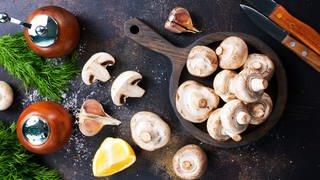 Pilze und Zutaten auf ener Küchenplatte: Speisepilze sind gesunde und abwechslungsreiche Sattmacher  (Foto: Colourbox)